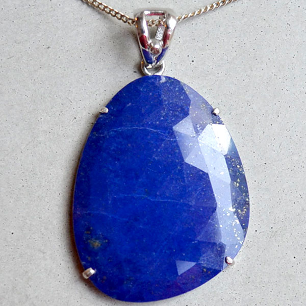 29Ct lapis lazuli with diamond